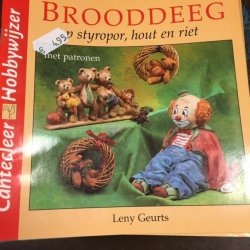 Boekje Brooddeeg op Styropor, hout en riet